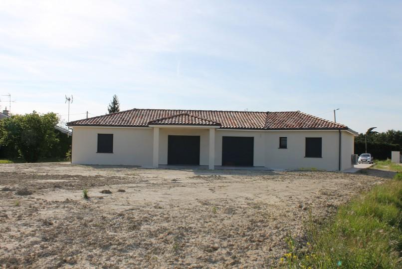 Maison moderne de plain-pied en cours de construction à Montech ...