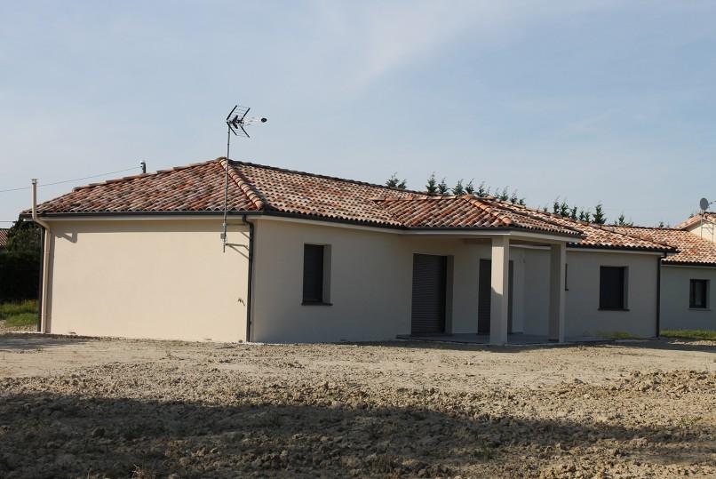 Maison moderne de plain pied en cours de construction for Assurance maison en cours de construction